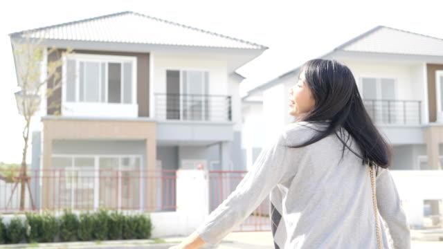 vídeos de stock e filmes b-roll de new house - vender