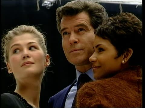 "new ""james bond"" film; brosnan posing with berry and pike tx 11.1.2002/en - 作品名 ジェームズ・ボンド点の映像素材/bロール"