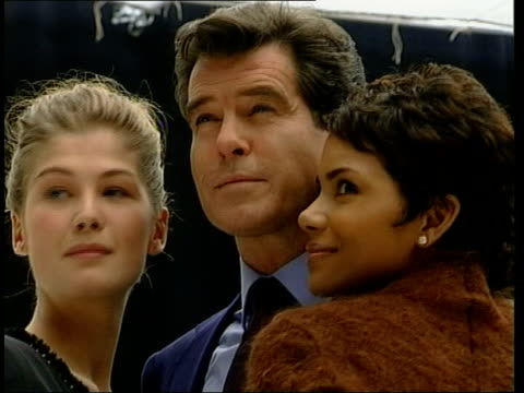vídeos de stock, filmes e b-roll de new james bond film england buckinghamshire pinewood studios actor pierce brosnan who plays james bond standing with next costar halle berry for... - james bond trabalho conhecido