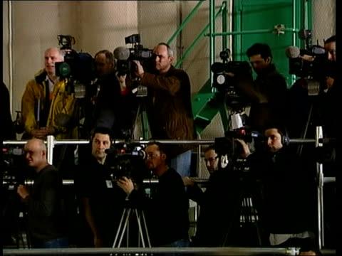 "new ""james bond"" film; itn england: buckinghamshire: pinewood studios: int lms actor pierce brosnan, who plays james bond, taking seat at press... - キャラクター ジェームズ・ボンド点の映像素材/bロール"