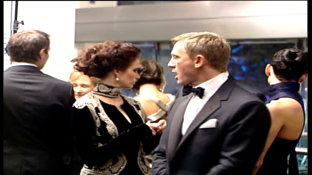 vídeos de stock, filmes e b-roll de new james bond film opens; **beware flash photography** england: london: leicester square: int daniel craig and eva green waiting to meet the queen... - série de filmes do james bond