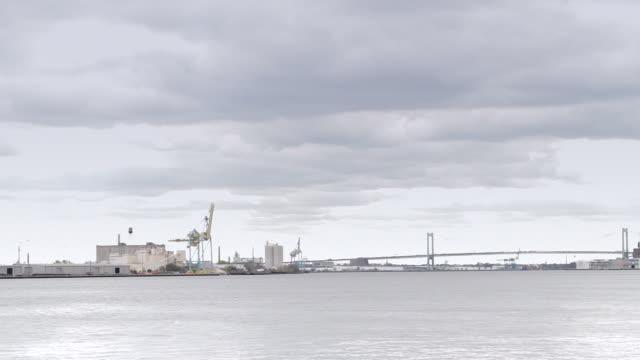戦艦ニュージャージーからフィラデルフィアを表示 - デラウェア川点の映像素材/bロール