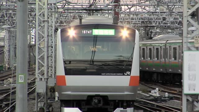 ms new jr chuo line train approaching to shinjuku train station / tokyo, japan - 列車点の映像素材/bロール