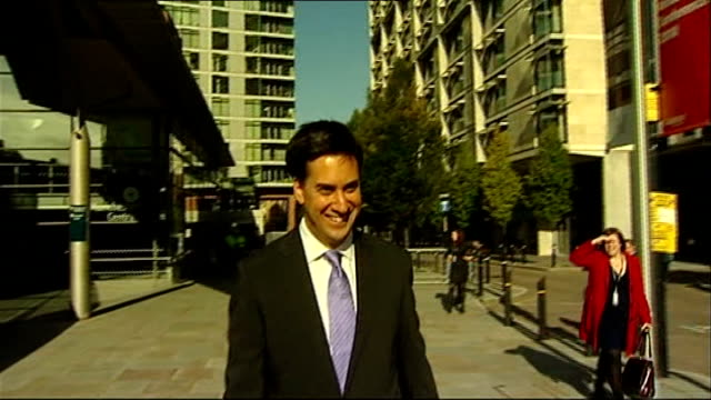 vídeos de stock, filmes e b-roll de new labour party leader ed miliband says union leaders need to act responsibly david miliband interview alongside wife louise shackleton sot [on ed... - stage make up