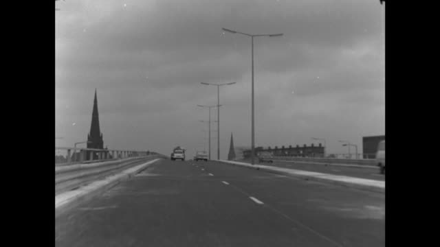 new manchester highway opened; itn england: manchester: ext on elevated section: travel: along manchurian: travel: past rails: from elevated section... - itv late evening bulletin点の映像素材/bロール