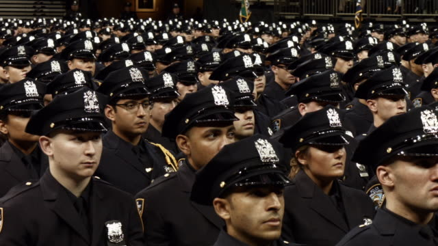 vidéos et rushes de new members of new york's police department's graduating class celebrate in madison square garden after a swearing in ceremony on july 1 2016 in new... - élève officier