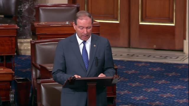 new mexico senator tom udall argues in floor debate on the supreme court nomination of judge brett kavanaugh that during a supplemental hearing after... - membro del congresso video stock e b–roll
