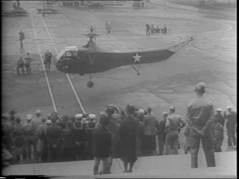 new model helicopter is landing on the plaza in front of the us capitol building / to help celebrate airmail's 25th anniversary / crowd watches the... - 航空便点の映像素材/bロール