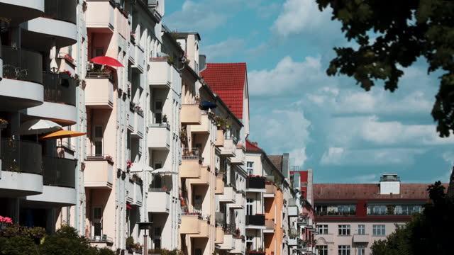 stockvideo's en b-roll-footage met nieuwe moderne flatgebouwen in berlijn, duitsland - stadswoning