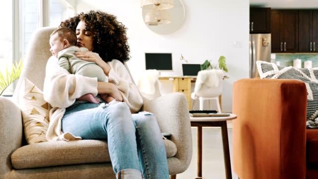 neue mutter rockt ihr baby zum schlafen - behaglich stock-videos und b-roll-filmmaterial