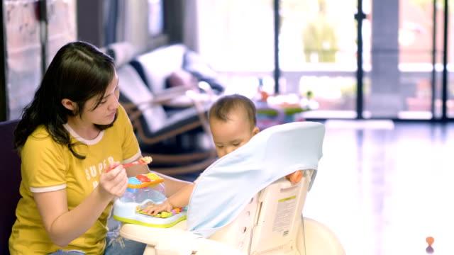 vídeos de stock, filmes e b-roll de novos problemas de mãe: não comer - comida de bebê