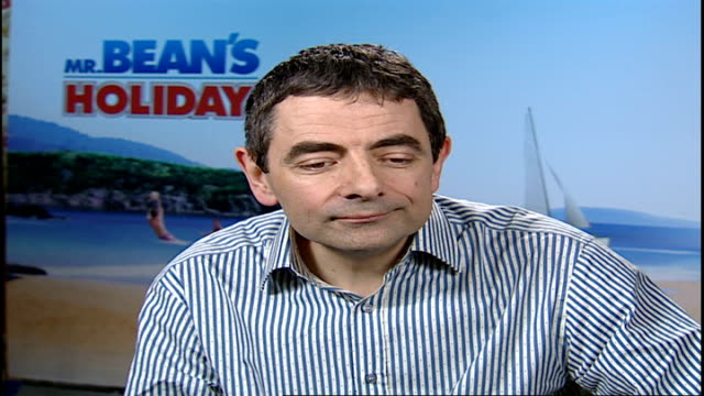 new mr bean film / interview rowan atkinson child q do you support chelsea rowan atkinson interview sot i don't support any club at all which is... - ローワン アトキンソン点の映像素材/bロール