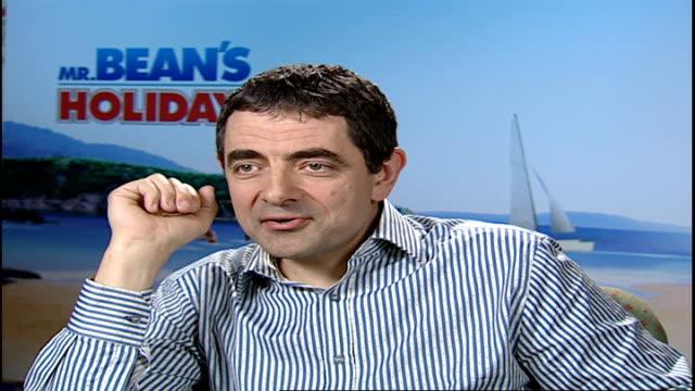 new mr bean film / interview rowan atkinson england london int rowan atkinson reporter rowan atkinson interview sot he's slightly smaller and sadder... - ローワン アトキンソン点の映像素材/bロール