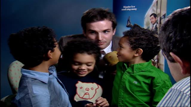new mr bean film / interview rowan atkinson rowan atkinson sot well done that's all we need children saying thank you mr bean sot and leaving - ローワン アトキンソン点の映像素材/bロール