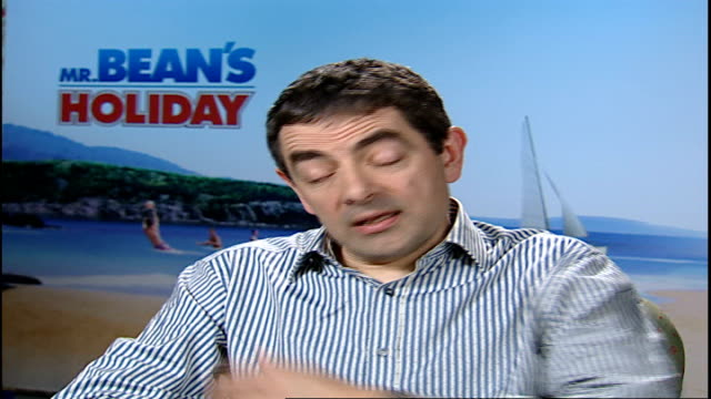 stockvideo's en b-roll-footage met new mr bean film / interview rowan atkinson sequence reporter saying there ought to be kids in interview disappears and reappears with kids cameron... - steurgarnaal
