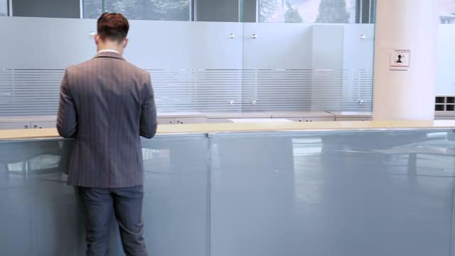 銀行での新しい法線 - 窓口点の映像素材/bロール