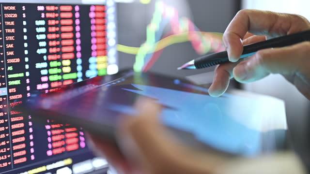 nuova attività normale che utilizza la crisi della recessione dei fondi di vendita online che scambia bitcoin di criptovaluta bullmarket in attività di interruzione - analizzare video stock e b–roll