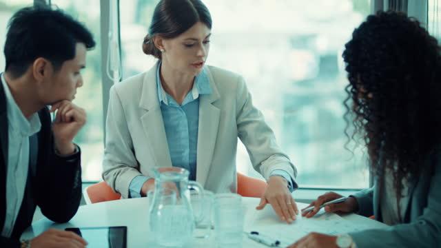 vidéos et rushes de nouvelle norme. groupe diversifié d'hommes d'affaires ayant une réunion dans le bureau - multi ethnic group