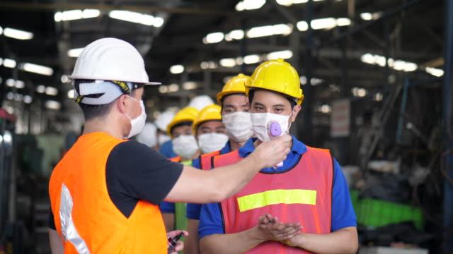 vídeos de stock e filmes b-roll de new normal of factory worker - trabalhador de armazém