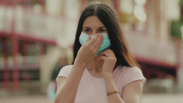 neue normalität : die frau mit medizinischer gesichtsmaske - ansteckende krankheit stock-videos und b-roll-filmmaterial