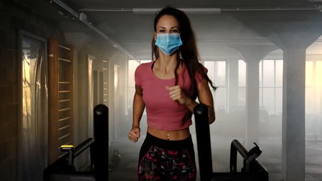 slo moニューノーマル - ヘルスクラブでマスク運動をしている若い女性 - 女性選手点の映像素材/bロール