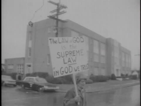 """vídeos y material grabado en eventos de stock de new orleans anti-integration protester carries a sign reading, """"the law of god is the supreme law. in god we trust"""". - human rights or social issues or immigration or employment and labor or protest or riot or lgbtqi rights or women's rights"""