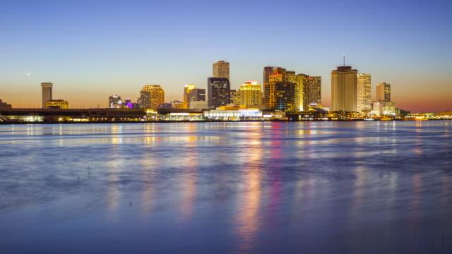 vídeos de stock e filmes b-roll de new orleans city skyline across the mississippi river - day to night cityscape time lapse - nova orleães
