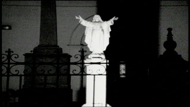 vídeos de stock e filmes b-roll de jesus statue in the st anthony garden of the st louis cathedral - cathedral
