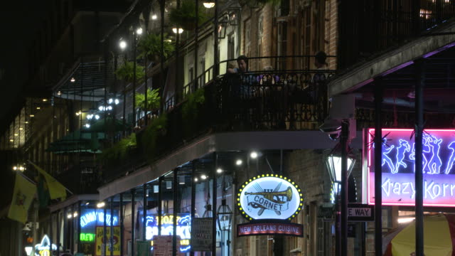 stockvideo's en b-roll-footage met wgno new orleans louisiana us bars and restaurants in french quarter at night on wednesday may 17 2017 - straatnaambord