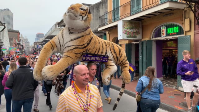 vidéos et rushes de new orleans prepares for the college football playoff national championship at mercedes-benz superdome on january 11, 2020 in new orleans, louisiana. - louisiane