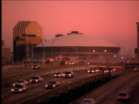 vídeos de stock, filmes e b-roll de new orleans superdome with traffic on highway in foreground - 2001
