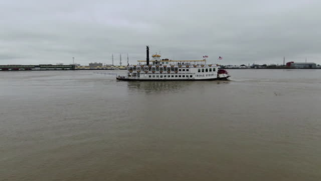 stockvideo's en b-roll-footage met new orleans, u.s. - aerial view of creole queen steamboat arriving to new orleans, on monday, february 3, 2020. - gulf coast states
