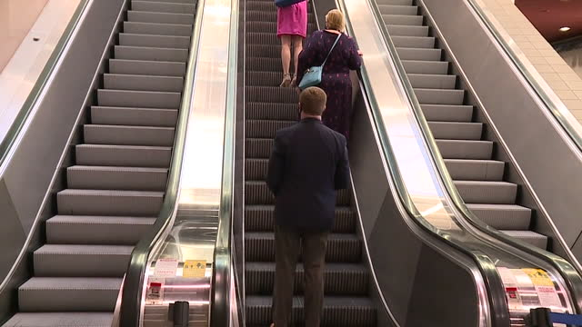 stockvideo's en b-roll-footage met new orleans, u.s. - entrance and escalator at new orleans ernest n. morial convention center, on wednesday, november 11, 2020. - westers schrift