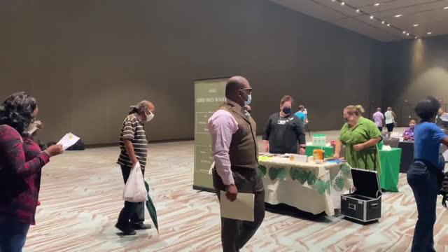 vídeos de stock, filmes e b-roll de new orleans, u.s. - people entering new orleans ernest n. morial convention center where job fair is held on monday, june 28, 2021. - feira de emprego