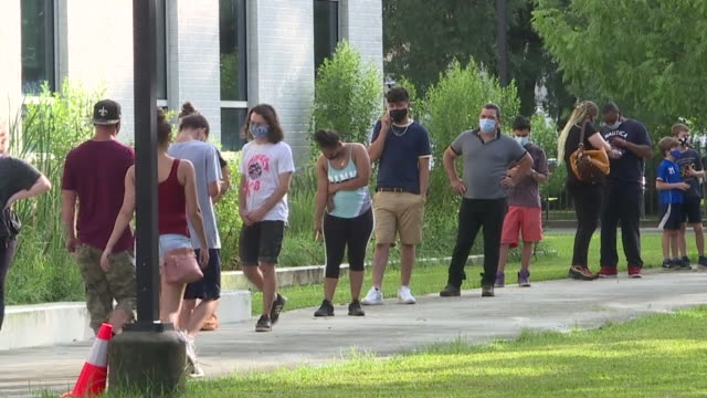 new orleans, u.s. - people waiting in line to dillard university covid-19 testing site on tuesday, july 7, 2020. - fare la fila video stock e b–roll