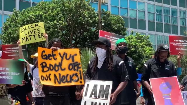 vidéos et rushes de new orleans, u.s. - protestors with banners. black lives matter and 'defund the police' protests in new orleans on monday, june 15, 2020. - louisiane