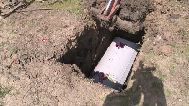 vídeos y material grabado en eventos de stock de new orleans, u.s., - scenes from cemetery. funeral homes adapting to coronavirus emergency, on tuesday, apr 21, 2020. - muerte