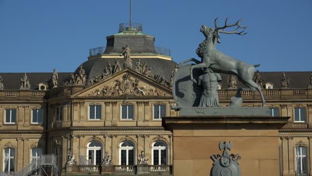 new palace at schlossplatz, stuttgart, baden-wuerttemberg, germany - rappresentazione di animale video stock e b–roll