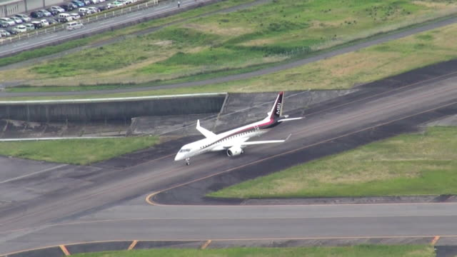 vidéos et rushes de new passenger jet under development by japan's mitsubishi aircraft corp. has entered the taxiing test period. the firm aims to have the first flight... - essai de voiture