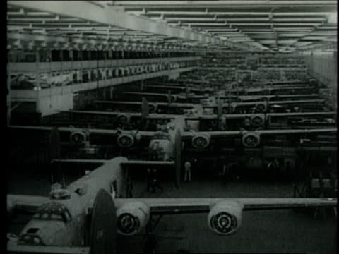 vidéos et rushes de new plant helps make b24 bomber planes / detroit michigan united states - ford