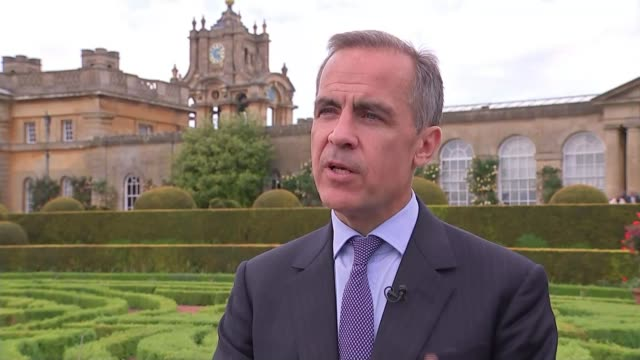 vídeos y material grabado en eventos de stock de new plastic five pound note unveiled oxfordshire blenheim palace ext mark carney interview sot once you feel them and use them you will love them/ - palacio de blenheim