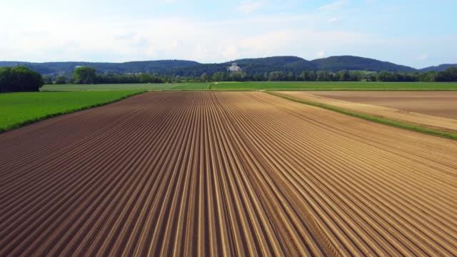 Neue Gepflügtes Kartoffelfeld und Walhalla Memorial im Frühjahr