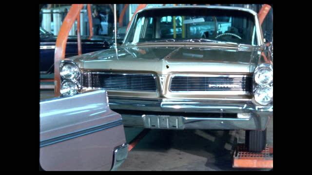 new pontiac automobiles roll off assembly line - ポンティアック点の映像素材/bロール
