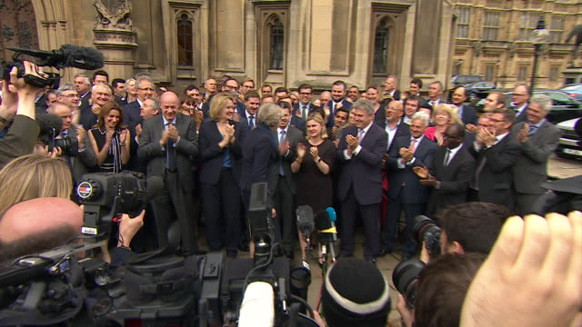 vídeos de stock, filmes e b-roll de new prime minister theresa may meeting supporters and speaking outside the house of parliament after confirmation she will be leader - partido conservador britânico