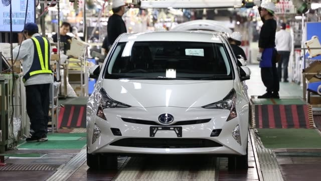 stockvideo's en b-roll-footage met new prius hybrid automobiles are inspected and cleaned on the final quality check production line at the toyota motor corp tsutsumi plant in toyota... - toyota motor