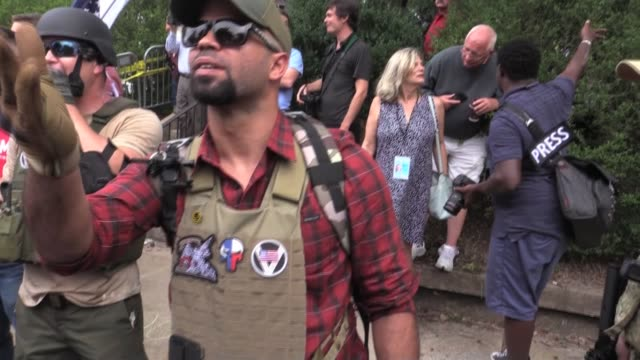 vidéos et rushes de new proud boys ceo enrique tarrio at unite the right white supremacist rally in charlottesville virginia as counter protesters yell 'f**k you nazi... - charlottesville