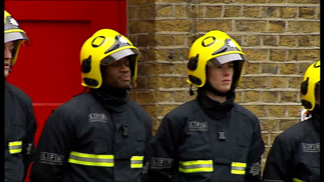 stockvideo's en b-roll-footage met new recruits to london fire brigade may be trained by private companies england london southwark ext firefighters training with firefighting... - rekruut