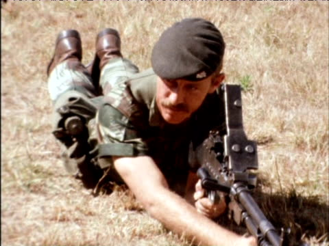 vidéos et rushes de new rhodesian soldiers train with rifles at infantry training camp july 1975 - manoeuvre militaire