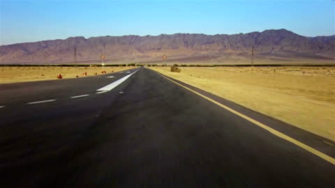 vídeos y material grabado en eventos de stock de nuevo camino por el desierto - señal de circulación