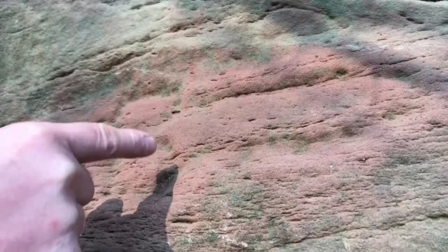 vídeos de stock e filmes b-roll de new roman graffiti found in project to record ancient quarry carvings uk cumbria archaeologists hanging on safety ropes against walls in gorge with... - encontrar